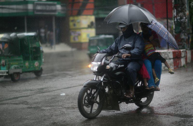 на мотоцикле под дождем