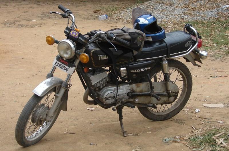 парковка мотоцикла с использованием центральной подставки