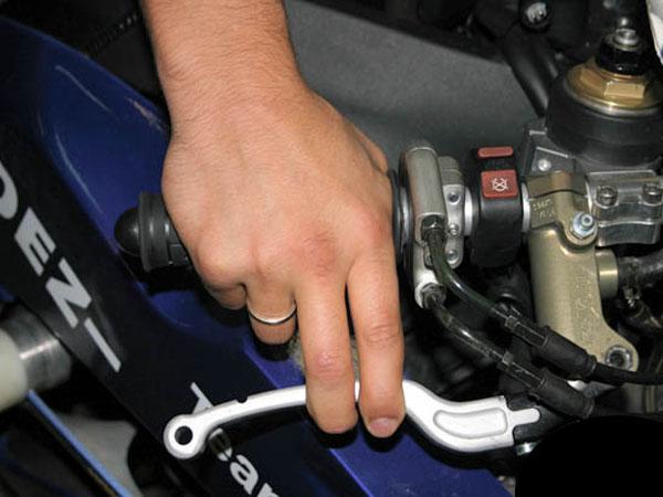 два пальца на рычагах переднего тормоза и сцепления