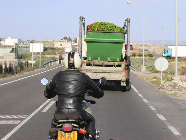 Не ездить за грузовым транспортом