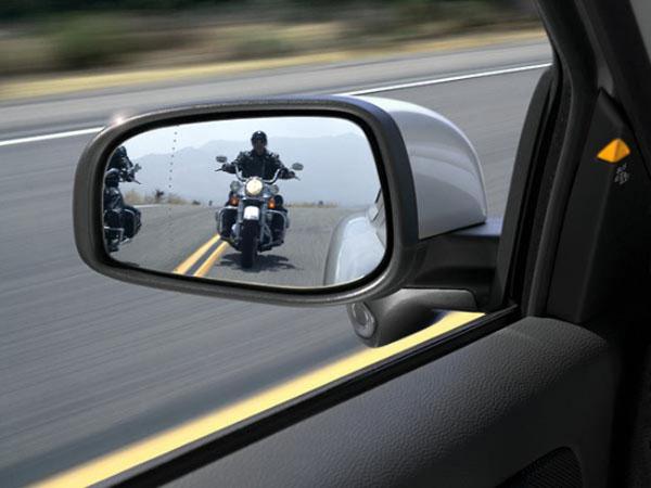мотоцикл ближе к краю разделительных полос